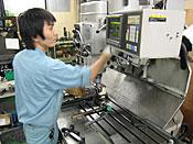 熟練の専任技術者による機械加工